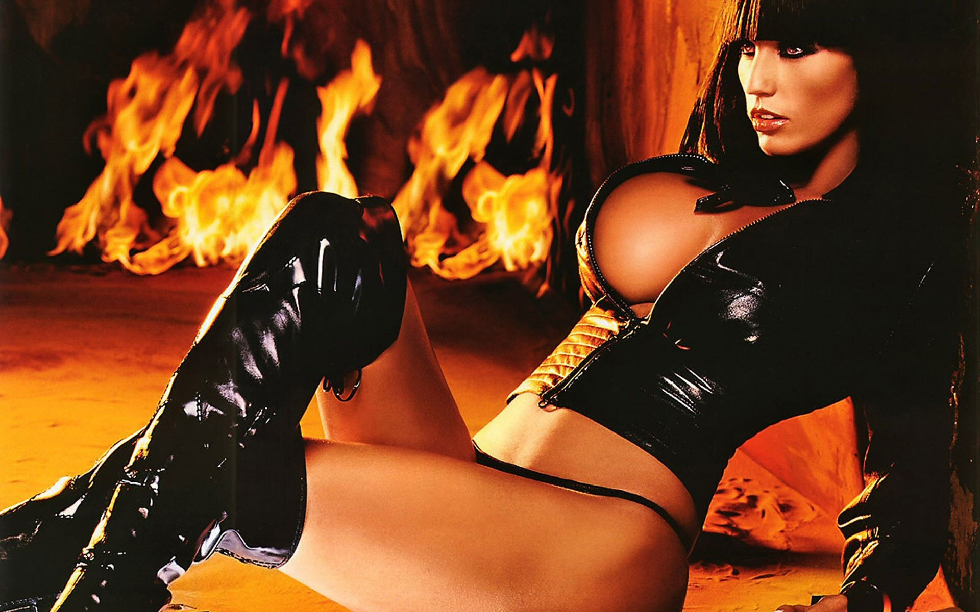 katie-price-jordan-exotic-in-black-leather-1-1920x1200