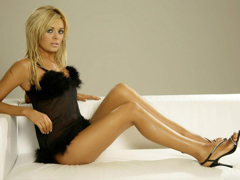 Kaley-Cuoco-Hot-Photos-10