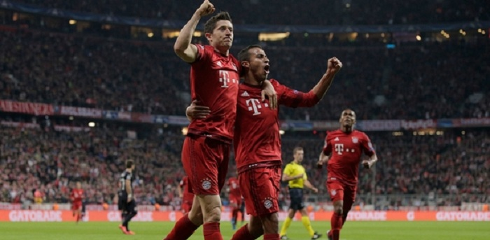MUNICH, GERMANY - SEPTEMBER 29: Robert Lewandowski (L) of Bayern Muenchen celebrates scoring his teams second goal with Thiago Alcantara of Bayern Muenchen during the UEFA Champions League Group F match between FC Bayern Munchen and GNK Dinamo Zagreb at the Allianz Arena on September 29, 2015 in Munich, Germany. (Photo by Adam Pretty/Bongarts/Getty Images)