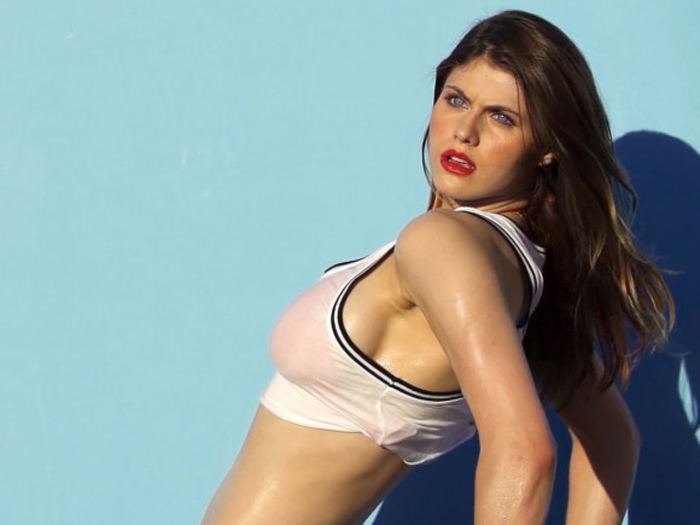 Alexandra-Daddario-in-GQ-Magazine-Shoot-BTS-08-580x435