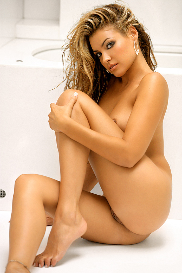 monica-leigh-bathroom-playboy-13