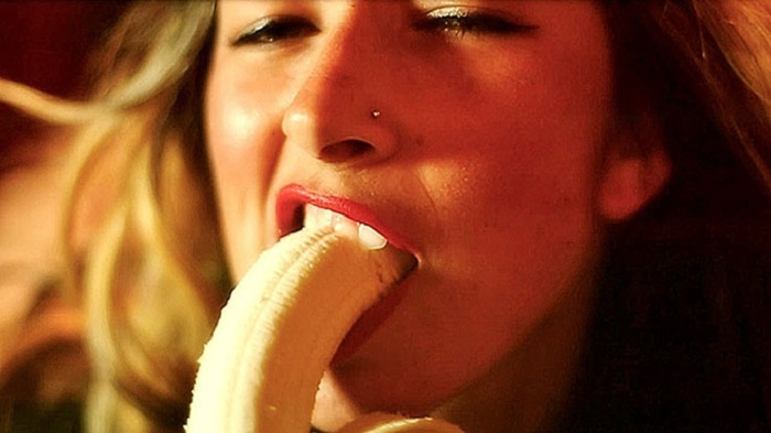 woman_eating_a_banana