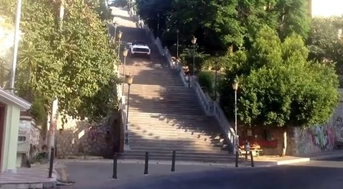 ΣΟΚ! Αυτοκίνητο ανεβαίνει 193 σκαλιά στο κέντρο της Πάτρας!